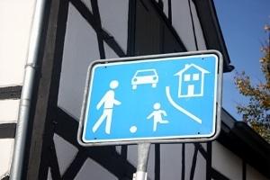 """Verkehrsberuhigter Bereich: Ist """"rechts vor links"""" in der Spielstraße einzuhalten?"""