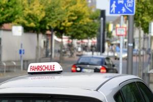 Wiedererteilung: Den Führerschein nach 15 Jahren zurückzubekommen, kann das erneute Ableben einer Fahrprüfung erfordern.