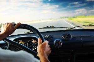 Abgelaufene Autovignette entfernen: Vermeiden Sie unnötige Einschränkungen Ihres Sichtfeldes!