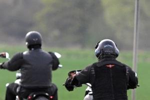 Die ECE-Norm 2205 legt Prüfvorgaben für Motorradhelme fest.