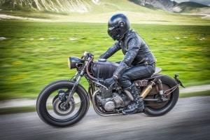 In Deutschland ist eine ECE-Zulassung beim Motorradhelm für  Fahrer derzeit keine Pflicht.
