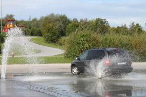 Das Event-Fahrtraining wird auch bei Nässe auf verschiedenen Teststrecken durchgeführt.