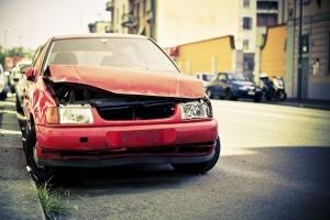 Mit dem Führerschein auf Probe einen Unfall mit Blechschaden verursacht? Die Folgen können unterschiedlich sein.