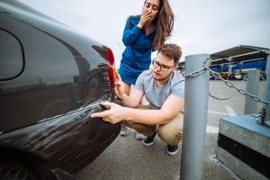 Parkendes Auto angefahren und Fahrerflucht begangen: Welche Strafe blüht Parkremplern?