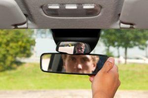 Beim Rückwärtsfahren sollten der Rückspiegel sowie auch die beiden Außenspiegel im Blick behalten werden.