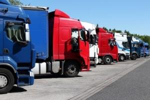 Ob mit Achse, Stange oder Abschleppseil, ein LKW darf nur bis zur nächsten Ausfahrt, Parkplatz oder Werkstatt geschleppt werden.