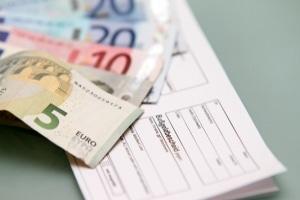 Bussgeld: Wer eine rote Ampel mit dem Lkw überfährt, muss mindestens 90 Euro zahlen.