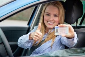 Wo finde ich Übersetzer? Für den Führerschein eine beglaubigte Übersetzung anfertigen zu lassen, ist mit Kosten verbunden.