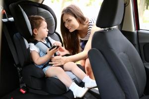 Kindersitz: Sind 5 Jahre vergangen, entscheiden sich viele Eltern für eine neue Rückhaltevorrichtung.