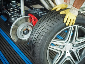 Mit Sommerreifen im Winter unterwegs? Ob zum TÜV oder zum Einkaufen - das kann eine Rutschpartie bedeuten.