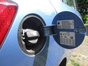 Im Tankdeckel finden sich oft die Angaben zum optimalen Reifendruck - um den Spritverbrauch zu senken, sind sie wichtig.