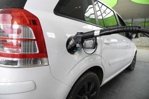 Besonders sparsame Autos verbrauchen in der Regel auf 100 km weniger als 5 Liter Benzin.