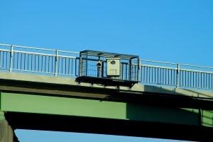 Oft findet die Abstandskontrolle von einer Brücke aus statt.
