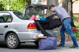 Benzinverbrauch und Gewicht senken: Auch das Aufräumen des Kofferraums kann dazu beitragen.