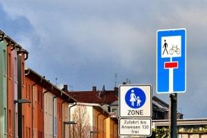 Eine durchlässige Sackgasse verfügt über weitere Zugangswege für Fußgänger und Radler.