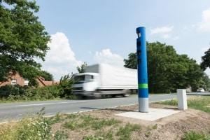 An Bundesstraßen wird die Maut von Toll Collect durch Mautsäulen kontrolliert.