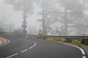 Nebelscheinwerfer sind nicht verboten, wenn schlechte Witterungsverhältnisse die Sicht beim Autofahren erschweren.