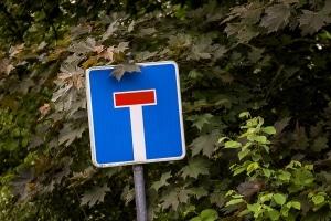 """Verkehrsschild """"Sackgasse"""": Existiert keine Wendemöglichkeit, kann ein Zusatzzeichen darauf hinweisen."""