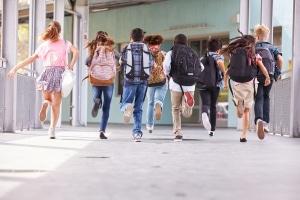 Schule schwänzen: Kinder müssen zur Schule gehen, sonst drohen Sanktionen.