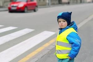 Gute Sichtbarkeit von Kindern erhöht deren Verkehrssicherheit im Winter.