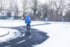 Verkehrssicherheit im Winter: Um bei Eis und Schnee nicht mit dem Fahrrad zu stürzen, ist einiges an Geschick vonnöten.