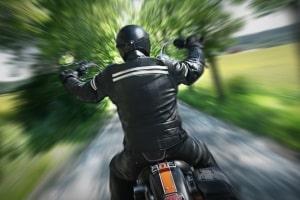 Wie werden Motorradfahrer so geblitzt, dass der Fahrer später auch identifiziert werden kann?