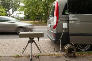 Blitzer im Auto: Ob ohne oder mit Blitz - ein Bußgeld, Punkte in Flensburg und ein Fahrverbot können die Folge sein.