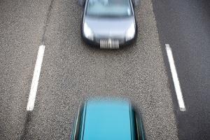 Blitzer im Auto eingebaut: Fahrende Blitzer stellen Geschwindigkeitsverstöße im fließenden Verkehr durch Nachfahren fest.