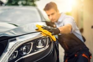 Damit die Oberfläche des Autos auch lange glänzt, bedarf es der richtigen Lackpflege.