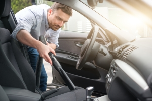 Polster reinigen: Das Auto sollte zuerst von Krümeln und Staub befreit werden.