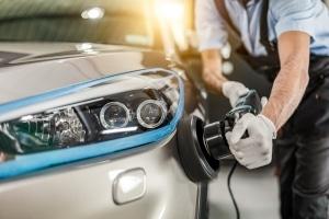 Eine professionelle Autoaufbereitung beinhaltet in der Regel auch Politur und Versiegelung.