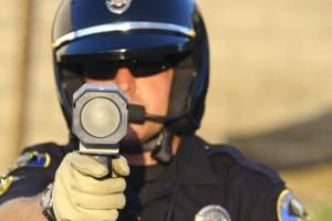Der TraffiPatrol XR kann als Laserhandmessgerät verwendet werden, um die Geschwindigkeit zu kontrollieren.