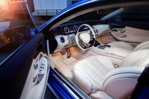 Bei einem Auto lassen sich Ledersitze zu jeder Zeit nachträglich einbauen.