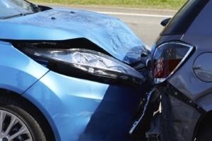 Kommt es beim Autofahren mit Gips zum Unfall, wird üblicherweise mindestens eine Teilschuld angelastet.