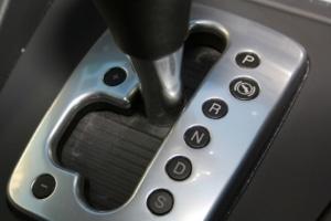 Durch ein Automatikgetriebe müssen Autofahrer den Gang nicht mehr selber wechseln.