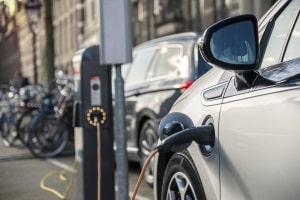 Auf einem E-Parkplatz können Elektroautos mit Strom aufgeladen werden.