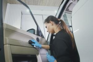Damit das Leder der Autositze und der Verkleidung lange ansehnlich bleibt, muss dieses regelmäßig gepflegt werden.