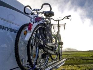 Geringerer Mehrverbrauch: Ist der Fahrradträger am Heck angebracht, benötigt das Fahrzeug weniger Mehraufwand.