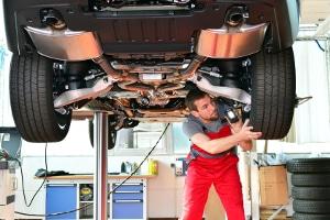 Ein Oldtimer-Gutachter überprüft das Fahrzeug von innen, außen und unten.