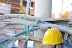 Neben dem Straßenverkehr gibt es noch eine Schutzhelmpflicht auf Baustellen.