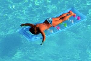 Laut den Baderegeln der DLRG bieten Luftmatratzen wenig Sicherheit.