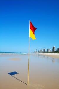 Eine rote Flagge bedeutet Badeverbot, rot-gelb kennzeichnet den bewachten Bereich.