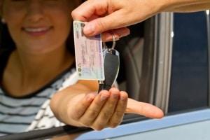 Beim Führerschein der Klasse B ist das Alter von mindestens 17 bzw. 18 Jahren vorgeschrieben.