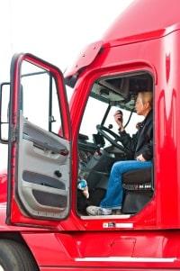 Beim LKW-Führerschein ist die Altersgrenze auch an Vorbesitz und Grundqualifikation gekoppelt.