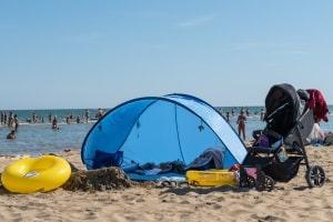 Nordsee oder Ostsee: Camping am Strand ist üblicherweise nicht zulässig - Strandmuscheln sind es meist schon.