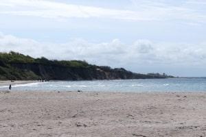 Stein und Sand mitnehmen: Ob das verboten ist, sollten Urlauber immer abklären.