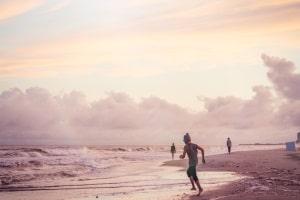 Am Strand zeigen Fahnen an, ob dieser bewacht wird und baden erlaubt ist.