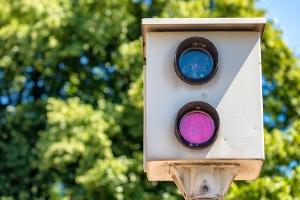 Blitzer-Attrappe: Strafbar machen Sie sich nicht, wenn kein gefährlicher Eingriff in den Straßenverkehr vorliegt.