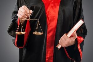 Einleitung: Ob im Strafverfahren ein Hauptverfahren eröffnet wird, entscheidet ein Gericht.