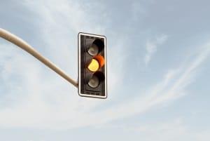 Wird die Haltelinie überfahren kann ein Rotlichtverstoß vorliegen, wenn nicht rechtzeitig gestoppt wird.